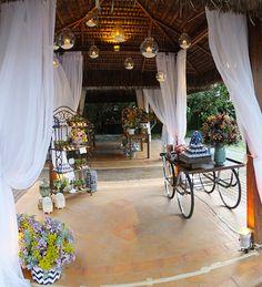 Normalmente, associamos casamentos na praia a decorações mais tropicais. Mas não precisa ser assim! A festa abaixo, que aconteceu no Espelho das Águas Búzi