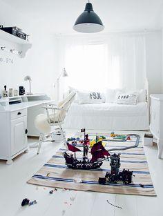 Toinen makuuhuone on puoliksi työhuone ja puoliksi Hugon huone. Hugo saa huoneen kokonaan omakseen, kunhan hieman kasvaa. Kattovalaisin on Ikeasta.