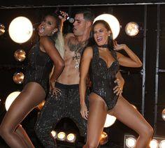 A Regra do Jogo - Mc Merlô (Cazarré) entre Ninfa (Roberta Rodrigues) e Alisson (Letícia Lima) fazem show em festa da novela (Foto: AG.News)