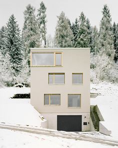Flavio Loretz, Wohnhaus in Trin, Rasmus Norlander Arch House, Tower House, Residential Architecture, Art And Architecture, Townhouse Designs, Small Modern Home, Building Exterior, Condominium, Detached House
