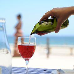Świetną karafkę do wina można zrobić z pustej butelki. Koniecznie trzeba tylko dobrze obrobić brzegi, by nie były ostre.
