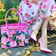 OMG all the floral details are fantastic! Perfect for spring ? OMG all the floral details are fantastic! Perfect for spring ? Hijab Fashion, Fashion Bags, Fashion Dresses, Womens Fashion, Classy Outfits, Cute Outfits, Mode Rose, Pretty Shoes, Colorful Fashion