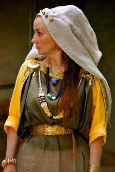 Alauni - Living History. Woman in Celtic dress