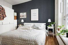 Få ideer til hvordan du kan indrette dit soveværelse ved at male en væg i en mørk sort farve. Miks med de rigtig møbler, tilbehør og materialer.
