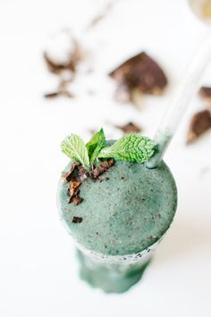 Vegan Mint Chip Smoothie made in the Vitamix Vitamix Recipes, Shake Recipes, Smoothie Recipes, Drink Recipes, Vegan Recipes, Healthy Cocktails, Fun Drinks, Beverages, Spirulina