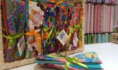 😍👉Estamos com uma imensa variedade de tecidos digitais da @renatablancotecidos . Os kits são compostos de 4 estampas de 0,30x0,75 cm cada. Disponível na loja Mil Coisas (Dentro do mercado municipal de Curitiba) ABERTO até as 18:00 horas  Ou acesse: Fazemos entrega para todo o Brasil🚚..