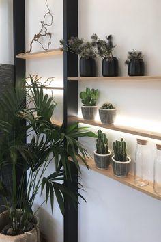 Oletko jo käynyt Tuusulan Asuntomessuilla? Keudan kohteessa pääset näkemään monipuolista ja kekseliästä valojen käyttöä! Limente LED-SEAM -profiilivalaisinta voit käyttää luomaan tunnelmaa ja korostamaan sisustusta hyllyjen yhteydessä, kuten tässä 💡 Kohteen on suunnitelut @katariinaleppilampi #limente #limentelights #LED-SEAM #LED #Tuusula #Asuntomessut2020 Led, Plants, Plant, Planets