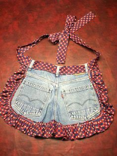 Old jeans repurposed - just add a little fabric for a ruffle and tie. (repurpose clothing refashioning old jeans) Jean Crafts, Denim Crafts, Artisanats Denim, Denim Purse, Jean Apron, Blog Couture, Sewing Aprons, Denim Aprons, Sewing Jeans