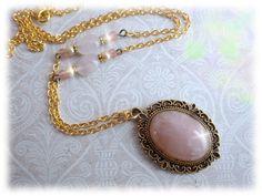 Rosen Quarz - Halskette. Entdecken auf: www.palundu.com/ #palundu #handmade #handgemacht #glasperle #quarz #rosen #gold #kette #chain #necklace #jewelry #schmuck