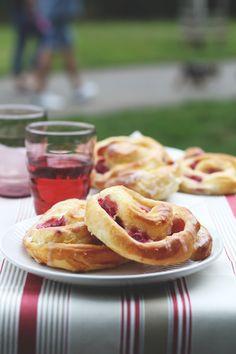 Kynuté šneky Lucie Knyové jsme si zamilovali na první ochutnání. Přiznáme se, že jsme si každá koupila jeden. A jeden na doma. A jeden pro rodinu, no raději dva... Czech Recipes, Ethnic Recipes, Onion Rings, Apple Pie, Food Inspiration, Sweet Recipes, Waffles, French Toast, Breakfast