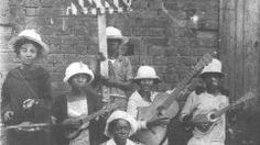 Grupo de crianças do Cordão do Camisa Verde e Branco na romaria a Bom Jesus de Pirapora em 1925. Havia uma ligação muito grande dos cordões carnavalescos paulistanos e a Festa de Bom Jesus de Pirapora. (USP Imagens)