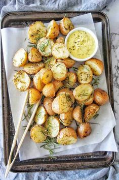 Skin on Roast Potatoes Best Ever easy oven roasted potatoes. With rosemary and thyme. These potatoes are perfect for dinner of for a crowd! Smashed Potatoes Recipe, Rosemary Roasted Potatoes, Potatoes In Oven, Roasted Potato Recipes, Healthy Dinner Sides, Lemon Garlic Chicken, Roast Dinner, Side Dish Recipes, Kitchens