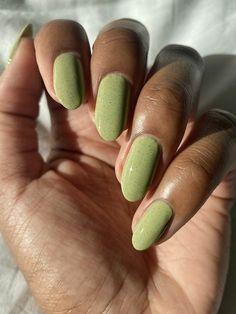 smalti color pastello smalto per unghie verde manicure forma a mandorla Aycrlic Nails, Swag Nails, Cute Nails, Pretty Nails, Hair And Nails, Vegan Nail Polish, Green Nail Polish, Green Nails, Spring Nail Colors