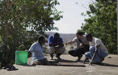 Otra imagen de los trabajos en el tanque de Kihurio. Uno de los voluntarios contrasta posibles soluciones con los técnicos locales de la ONG Ongawa / Otra imagen de los trabajos en el tanque de Kihurio. Uno de los voluntarios contrasta posibles soluciones con los técnicos locales de la ONG Ongawa / Another photo of our Works at the Kihurio water tank. One of our volunteers debate likely solutions with the local technicians of Ongawa, our partner NGO