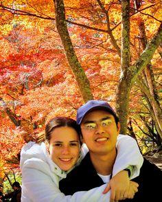 Hoje completamos 14 anos de casados. Unidos pela paixão por viagens que nos faz compartilhar com vocês desde 2005 nossas aventuras pelo mundo no blog (www.melevadeleve.com). Nosso desejo hoje é nunca parar de viajar. E que essas viagens sirvam de inspiração para que mais e mais pessoas como você se junte a nós desbravando o mundo de leve por aí.  #MeLevaDeLeve #NiverDeCasamento #BodasDeMarfim #Viagem #travel #trip #travelblog #blogdeviagem #outono #Japão #Momiji #amoviajar