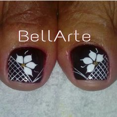 Arreglo en blanco y negro Pretty Toe Nails, Cute Toe Nails, Hot Nails, Hair And Nails, Pedicure Designs, Diy Nail Designs, Nail Polish Art, Toe Nail Art, Summer Toe Nails