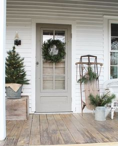 40 Rustic Farmhouse Front Porch Decorating Ideas January Leave a Comment Farmhouse porches are designed for comfort. They are usually large, inviting, and can accommodate the always favorite porch swing rocking chairs too! Farmhouse Christmas Decor, Outdoor Christmas, Rustic Christmas, Christmas Home, Farmhouse Decor, Modern Farmhouse, Farmhouse Style, Christmas Front Porches, Natural Christmas