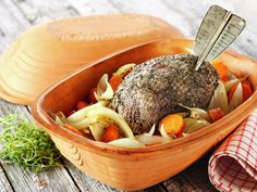 MatPrat - Elgstek i leirgryte Wild Game Recipes, Frisk, Pot Roast, Serving Bowls, Nom Nom, Food And Drink, Beef, Cooking, Breakfast