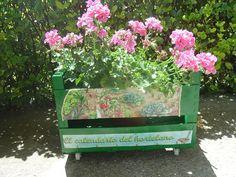 Caja de frutas reciclada en macetero | Aprender manualidades es facilisimo.com