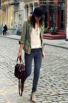 Casual fall outfit jeans and beige ankle boots, green jacket, hat Mode Outfits, Fall Outfits, Casual Outfits, Outfit Winter, Simple Outfits, Casual Wear, Outfit Summer, Green Outfits, Outfits 2016