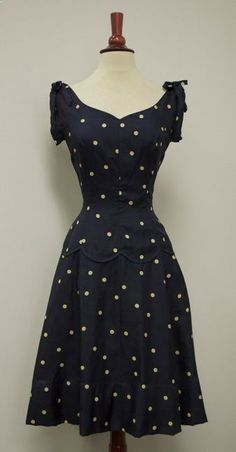 Navy silk polka-dot dress, c. From the sweetheart of a neckline, the bodice is made even cuter with the gathers and bows at the shoulders. Fashioned with princess seams that cinch in, the (drop) waist is further embellished with a decorative seam 40s Mode, Retro Mode, Vintage Mode, Pretty Outfits, Pretty Dresses, Beautiful Dresses, Vintage Dresses, Vintage Outfits, Vintage Fashion