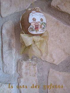 Pallina natalizia rivestita in feltro nocciola con decorazione a casetta in moosgummi e fiocchi dorati, by La casa dei gufetti, 13,00 € su misshobby.com