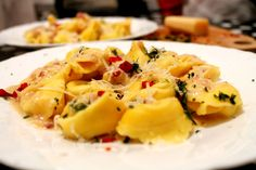 Tortellini cu branza si sos de mozzarella Mozzarella, Sos, Tortellini, Homemade Food, Ravioli, Food Ideas, Food And Drink, Ethnic Recipes, Homemade Dog Food