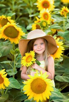 Foto Cute Kids Photography, Family Photography, Photography Poses, Sunflower Field Pictures, Sunflower Pics, Sunflower Family, Sunflower Field Photography, Family Picture Outfits, Sunflower Fields