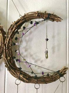 Moon Dreamcatcher, Dreamcatchers, Arts And Crafts, Diy Crafts, Moon Crafts, Dream Catcher Craft, Wiccan Crafts, Moon Decor, Crystal Decor