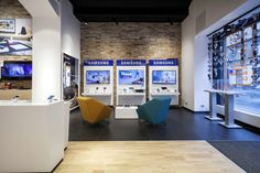 Smartphone concept store by brigada (Tech Office Signage) Smartphone Store, Samsung Store, Retail Store Design, Retail Shop, Retail Displays, Shop Displays, Window Displays, Visual Merchandising, Shop Fittings