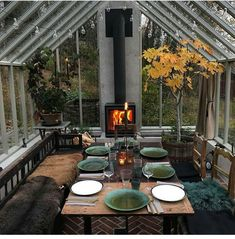 Beat the cold & heat. Insulate this greenhouse-like 3 season to invite your family for a new (hipster) dinner (meal). - greenhouse Beat the cold & heat. Insulate this greenhouse-like 3 season to invite your family for a new (hipster) dinner (meal Outdoor Spaces, Outdoor Living, Outdoor Decor, Indoor Outdoor, Outdoor Ideas, Outdoor Kitchen Design, Outdoor Kitchens, Glass House, My Dream Home