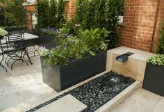 jardin moderne avec fontaine