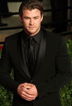 Chris Hemsworth ♥ all black tux Black Shirt Black Tie, All Black Tuxedo, All Black Suit, Black Suit Wedding, Wedding Suits, Wedding Tuxedos, White Tuxedo, Tuxedo Suit, Cake Wedding