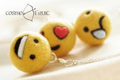 Kawaii & Candy Ketten - Kette mit Filz Emoticon Anhänger Lachend Liebend - ein Designerstück von cosmofruit bei DaWanda