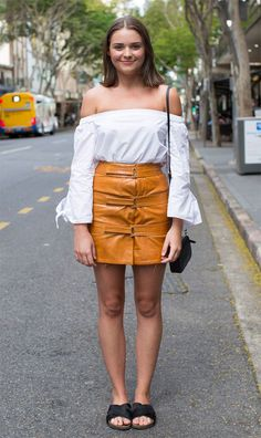 Street style look com saia amarela.