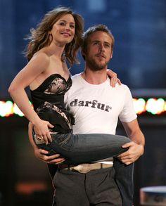 I miss these two as a couple. (rachel mcadams and ryan gosling) Ryan Gosling Baby, Ryan Gosling And Rachel Mcadams, Mtv Movie Awards, Nicholas Sparks, Best Kisses, Star Wars, Famous Couples, Show Photos, Facon