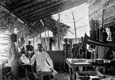 Günter Tessman. 1907-9. Fotografia del etnólogo tomada en su campo en Nkolentangan (Guinea Ecuatorial)