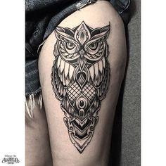 Blackwork thigh piece from otheser! Tattoo L, Tatoo Art, Forearm Tattoos, Body Art Tattoos, Small Tattoos, Sleeve Tattoos, Cool Tattoos, Owl Thigh Tattoos, Owl Skull Tattoos
