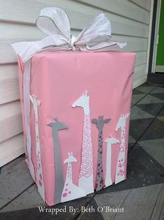 Stunning and Simple Gift Wrapping Ideas This super adorable giraffe-themed gift wrap will be a major hit at a baby shower.This super adorable giraffe-themed gift wrap will be a major hit at a baby shower. Baby Gift Wrapping, Baby Shower Wrapping, Gift Wraping, Creative Gift Wrapping, Christmas Gift Wrapping, Wrapping Ideas, Diy Christmas Gifts, Creative Gifts, Wrapping Presents