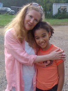 Author Suzanne Collins (The Hunger Games) with young actress Amandla Stenberg who plays Rue in the movie. Hunger Games Catching Fire, Hunger Games Trilogy, Amandla Stenberg, Mocking Jay, Suzanne Collins, Cool Books, I Movie, Actors & Actresses, Interview