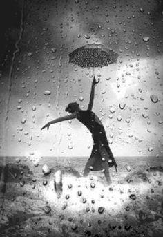 Bailando bajo la lluvia.