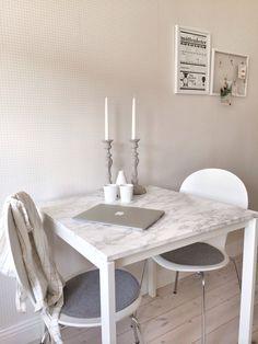 """""""Marmorbord"""" från IKEA. Jag köpte bordet Melltorp och klistrade fast plastfilm i marmor-imitation från Panduro."""