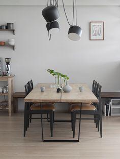 Det første familien kjøpte da de flyttet inn, var et nytt spisebord. Benken i eik langs veggen er spesiallaget, og Renate er ikke redd for å mikse ulike tresorter. Spisebordet, Lowlight table, fra dk3 design. Stoler fra Sagene brukthandler. Taklamper Aim, fra Flos.