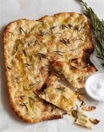 Hvid pizza er min foretrukne pizza i øjeblikket. Jeg laver den med tynde kartoffelskiver, frisk mozarella, artiskok hjerter, krydderier og måske oliven. Når den er bagt kommer jeg parmaskinke på.