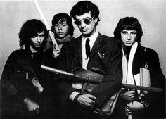 Andrea Pazienza con Stefano Giovannini, Roberto Napoli e Stefano Roda. Foto di Carlo Coppitz, 1983.