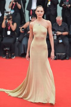 Candice Swanepoel walks the red carpet ahead of the La Vérité (The Truth) screening during the Venice Film Festival, All the looks from the annual Venice International Film Festival Evening Dresses, Prom Dresses, Formal Dresses, Look Star, Red Carpet Gowns, Celebrity Red Carpet Dresses, Best Red Carpet Dresses, Festival Looks, Red Carpet Fashion