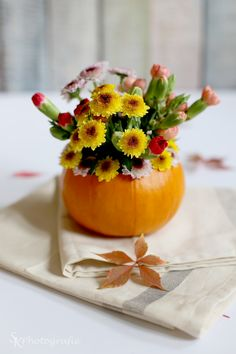 DIY: Herbstliche Tischdekoration mit Kürbis-Blumenvasen | Alles und Anderes Floral Arrangements, Pumpkin, Table Decorations, Fruit, Flowers, Plants, Diy, Food, Thorsten