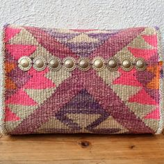 Coloured ..... Another clutch with sides, whereby you really can take something more in your bag than a lipstick and your mobile! Even the IPad (with cover) fits easy in. This clutch is (hand) made of two kelim Slipcovers (but put the scissors back.....), which in terms of color go great together. Faded, but also bright purple-pink-orange tones. The bag is lined with Indian side (invisible reinforced with unbleached cotton). On the door on the front I have a vintage belly dance belt…