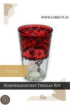 Was wäre die marokkanische Teezeremonie ohne kunstvoll bearbeitete Teegläser? Lange nicht so inspirierend!- deshalb gibt es bei uns wundervolle Dekors auf buntem Grund. Oder schlichte Teegläser mit marokkanischen Metellverzierungen, deren Herstellung wahrlich Fingerspitzengefühl voraussetzt. #marokko #design #fes #marrakesch #handgemacht #teeglas Fes, Shot Glass, Tableware, Design, Marrakech, Morocco, Inspirational, Dishes, Dinnerware