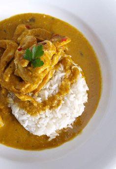 Karibisches Curry-Hähnchen - Curry - Für das karibische Curry-Hähnchen (6 Personen) brauchen Sie: 6 schöne Hühnchenbrüste 4 EL Currypulver 8 EL Kokusnussmilch 200g Zwiebeln 1 Apfel 1 Banane Salz, Pfeffer, Öl Basmatireis 1...